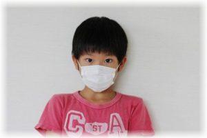 マスクをした少年